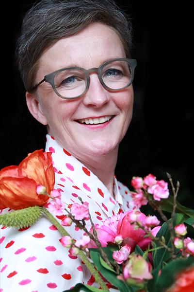 zakelijk portret Ellen kunst met bloemen
